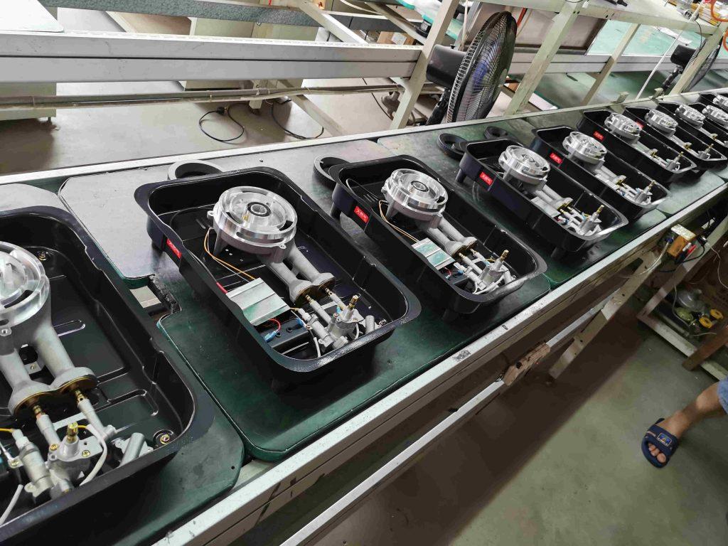 燃气灶生产车间灶具在生产过程中的样子